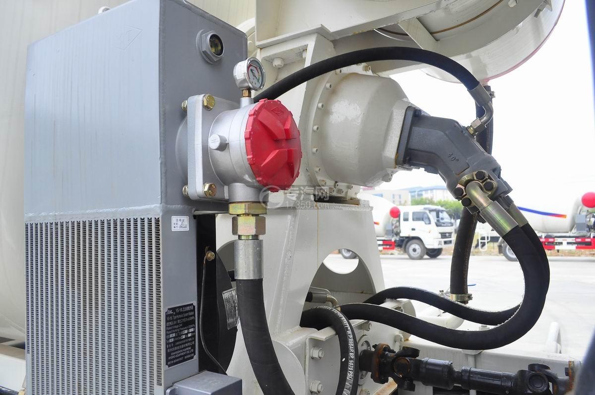 重汽王牌混凝土搅拌车减速机与散热器