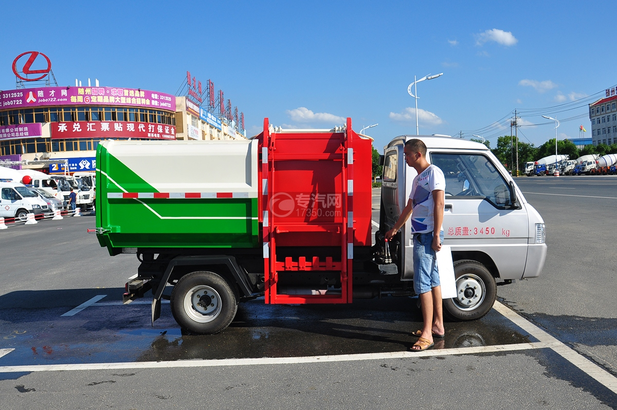 东风凯马3方自装卸式垃圾车右侧图