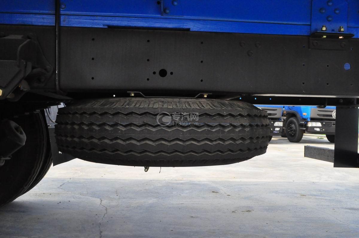 东风平头九米教练车备用车胎