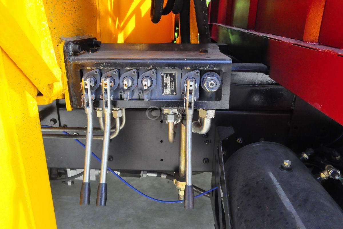 大运奥普力排半3.2吨直臂随车吊操作箱