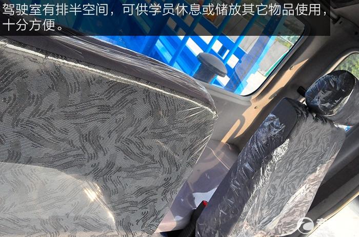 东风平头九米教练车驾驶室排半空间