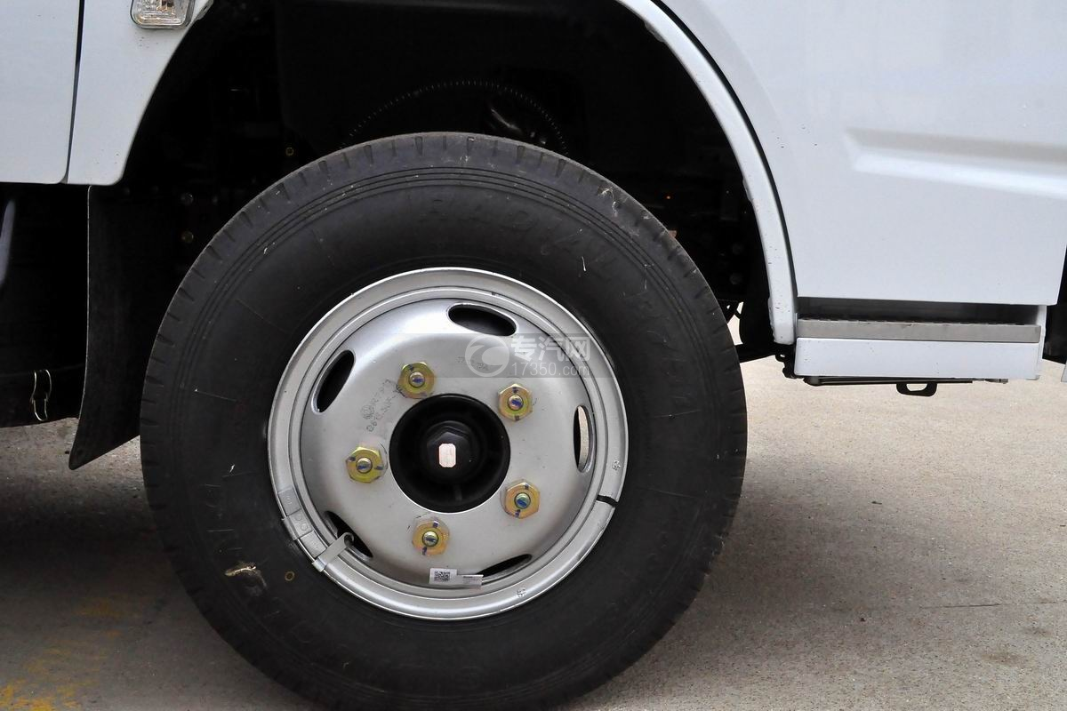 东风多利卡D6双排座舞台车轮胎