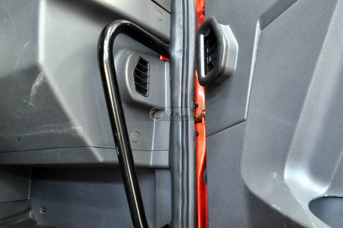 解放悍V小三轴带挂轿运车车门细节