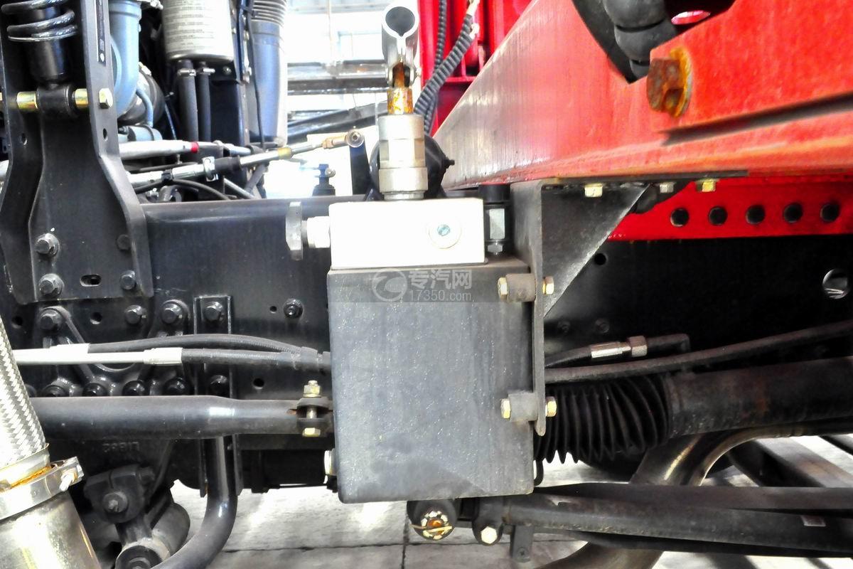 解放悍V小三轴带挂轿运车底盘细节