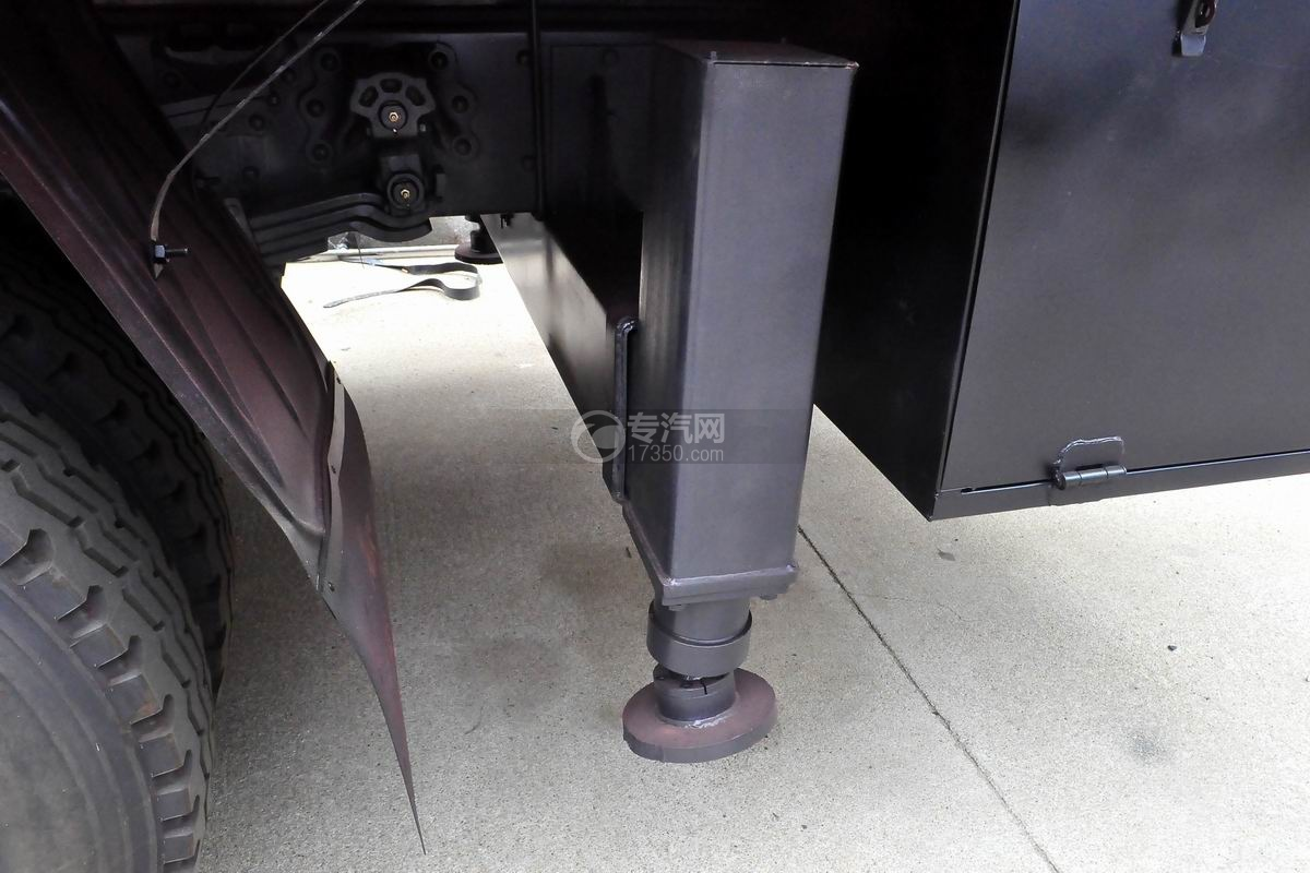东风柳汽乘龙M3徐工8吨直臂随车吊液压支腿