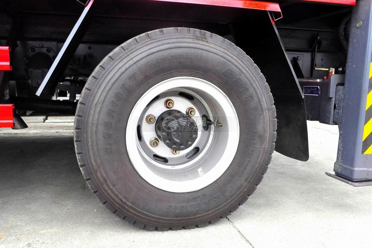 重汽豪沃单桥5吨徐工直臂随车吊轮胎