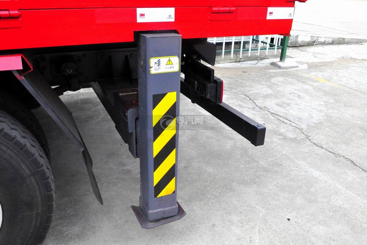 重汽豪沃单桥5吨徐工直臂随车吊后液压支腿
