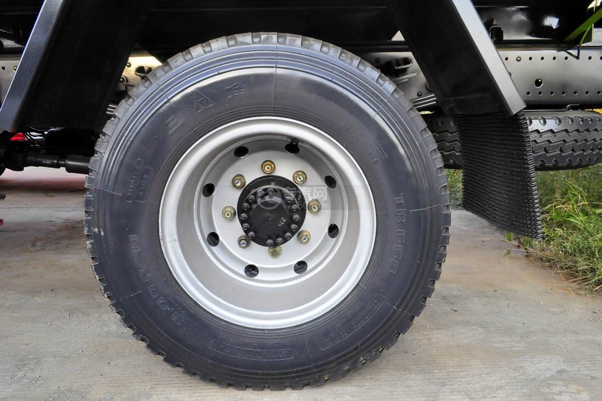 东风多利卡D9单桥洒水车轮胎