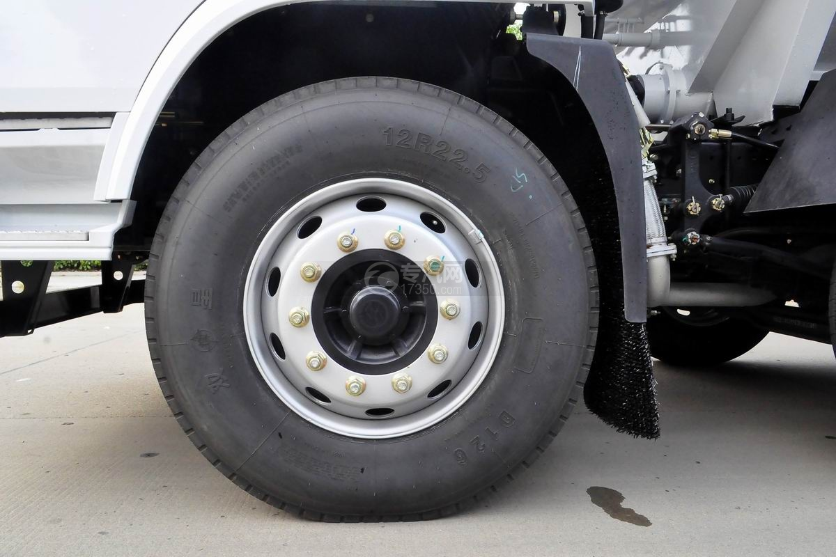 陕汽轩德X6小三轴散装饲料运输车轮胎
