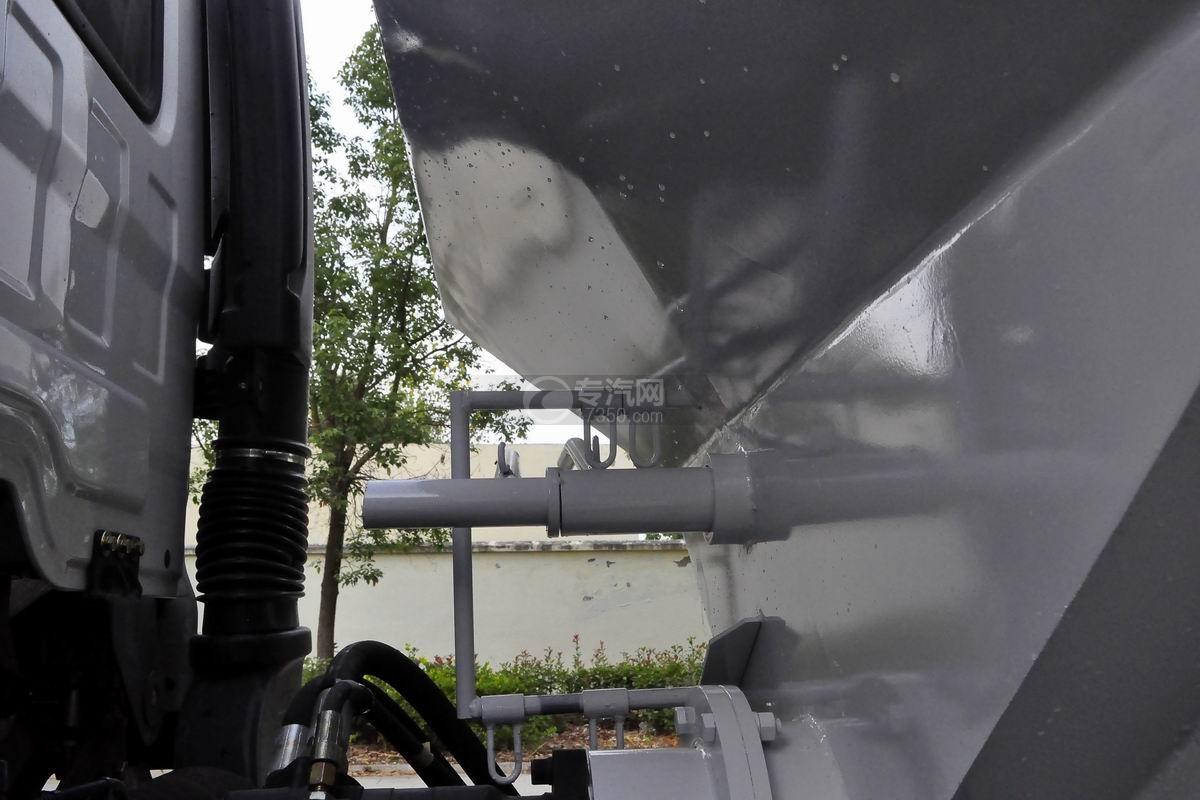 陕汽轩德X6小三轴散装饲料运输车上装细节