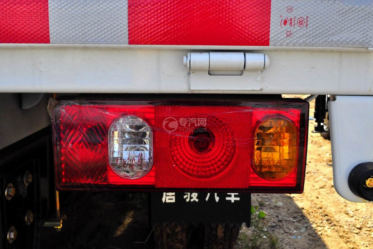 唐骏金刚588 3.2吨随车吊(白色驾驶室)尾灯