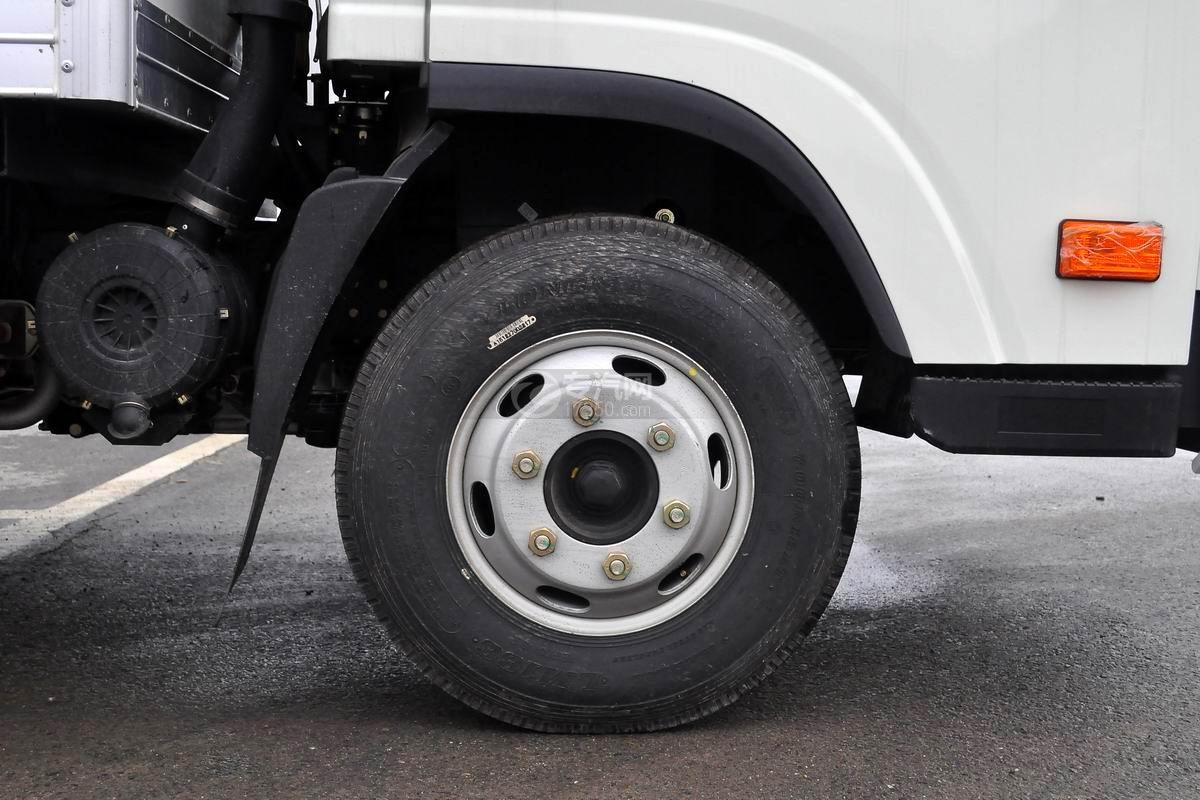 大运奥普力宽体上蓝牌4米冷藏车轮胎