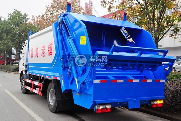 东风多利卡D7压缩式垃圾车侧后方图