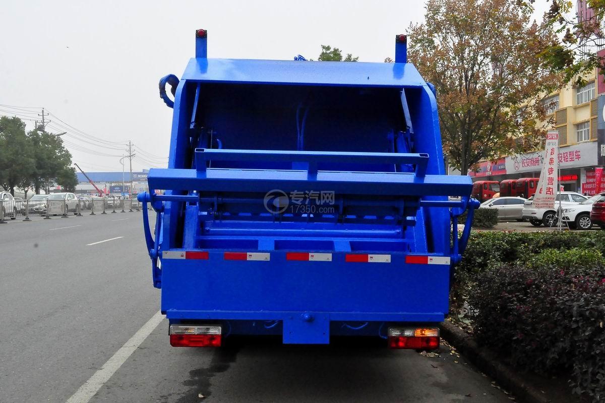 东风多利卡D7压缩式垃圾车后方图