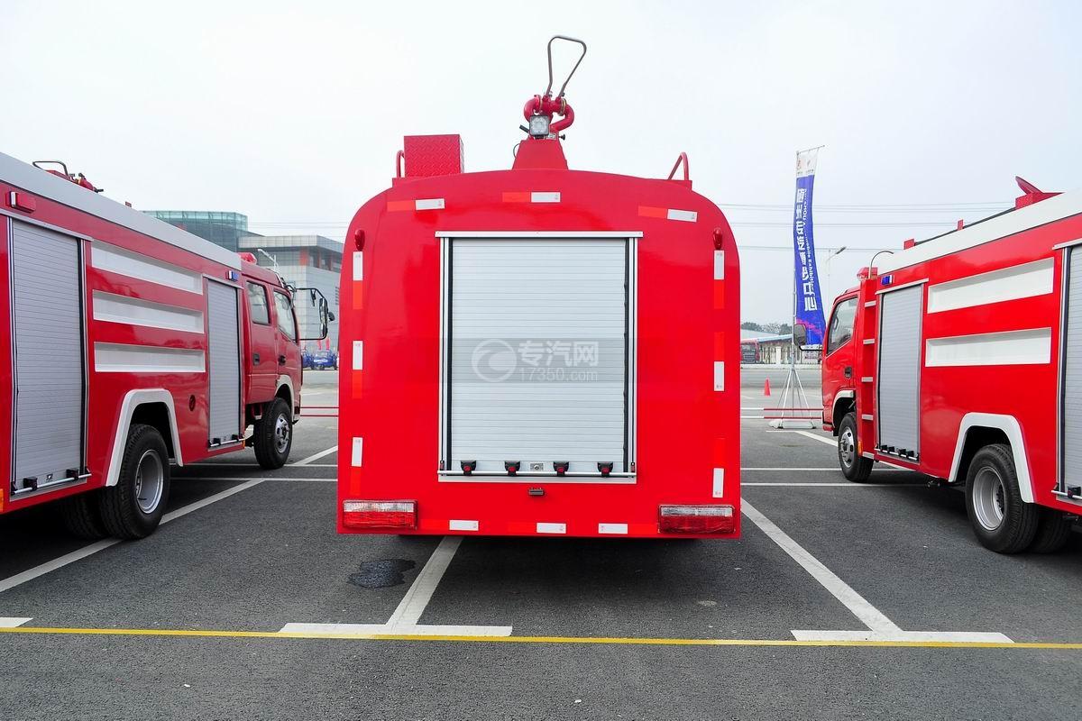 东风145消防车带水罐后方图