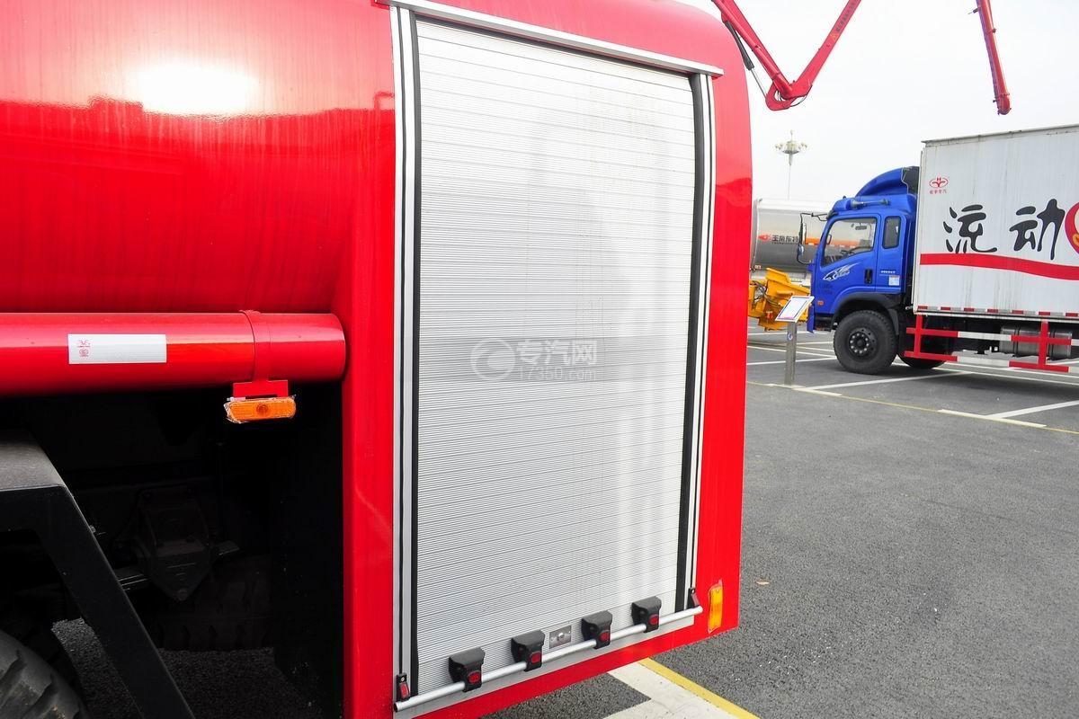 东风145消防车带水罐侧门上装