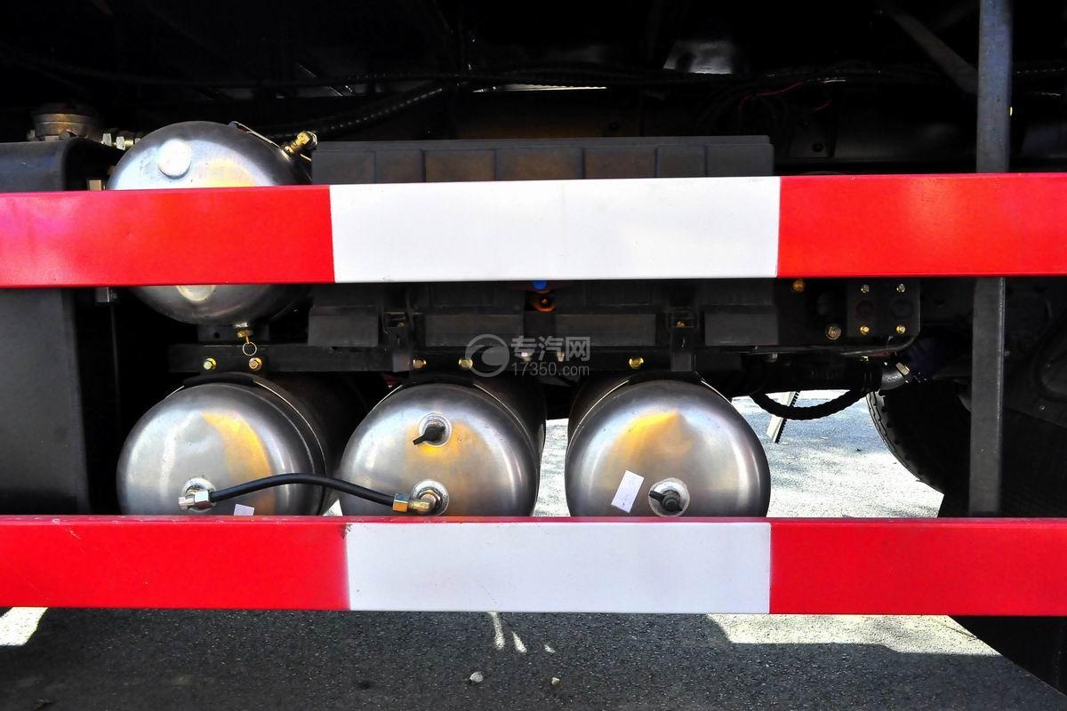 东风专底前四后八25吨折臂随车吊储气罐
