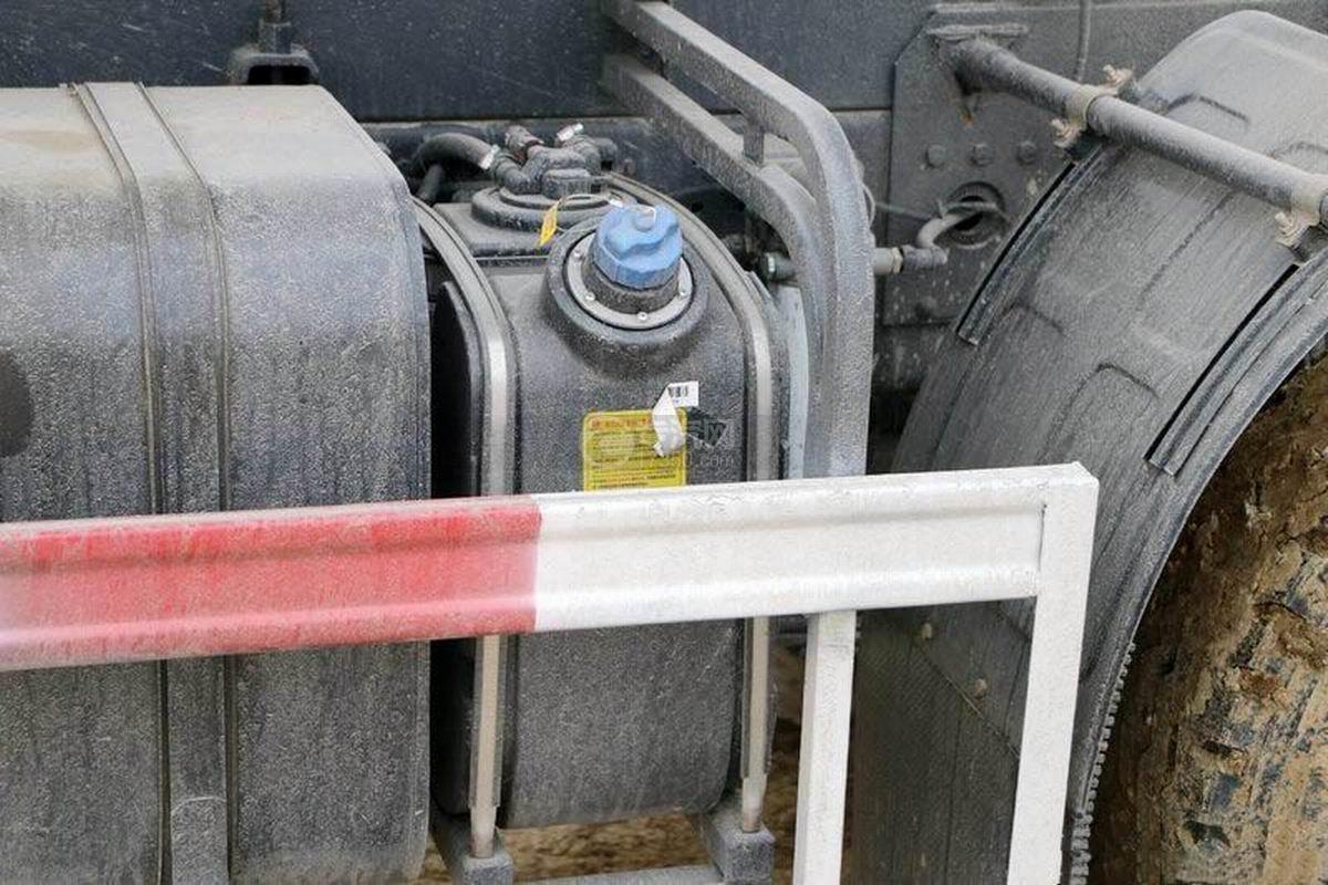 陜汽軒德X6前四后八6米自卸車尿素箱