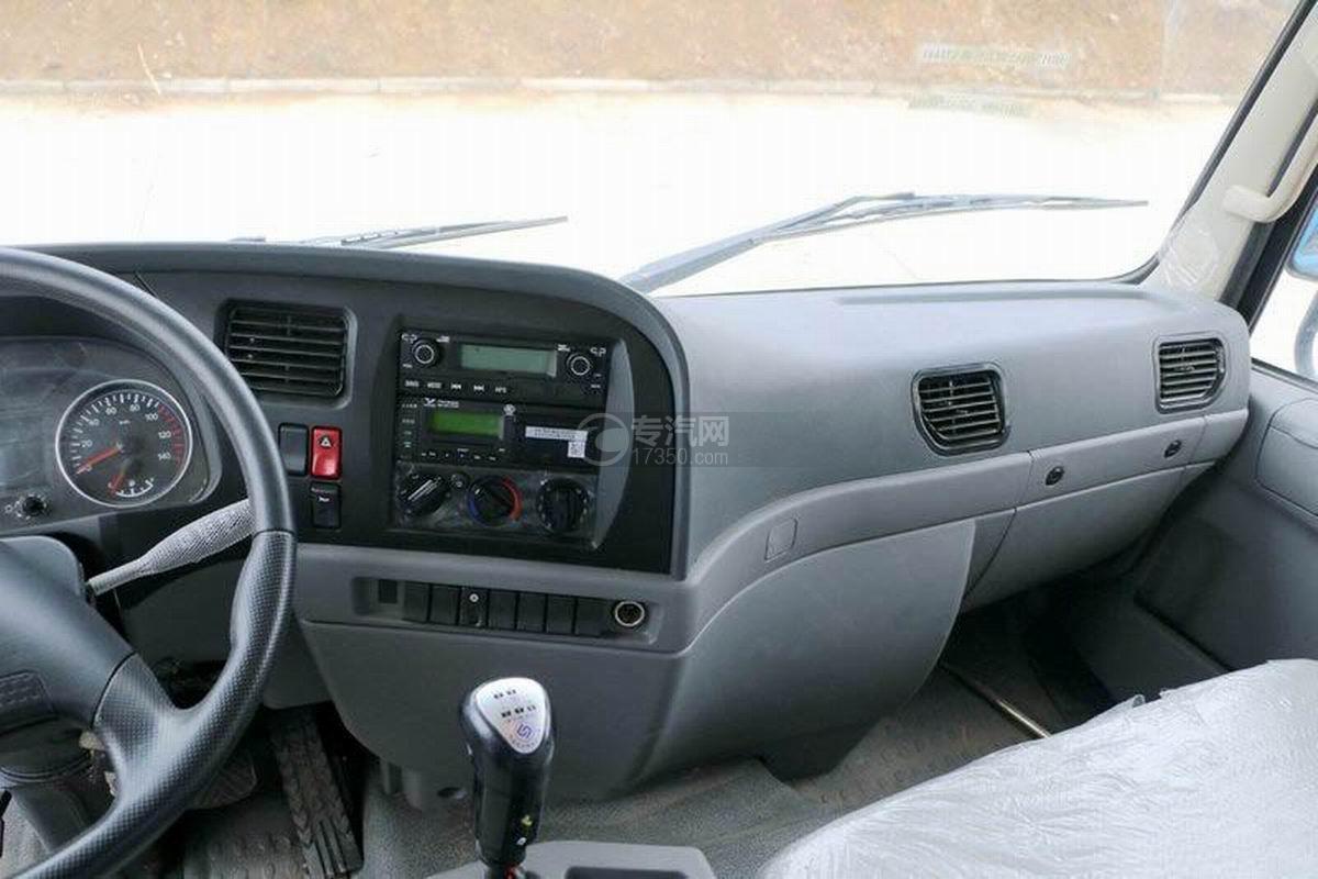 陕汽轩德X6单桥4.5米自卸车驾驶室内部图