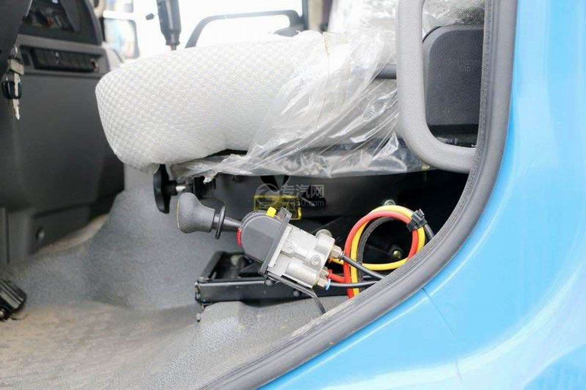 陕汽轩德X6单桥4.5米自卸车驾驶室座椅细节