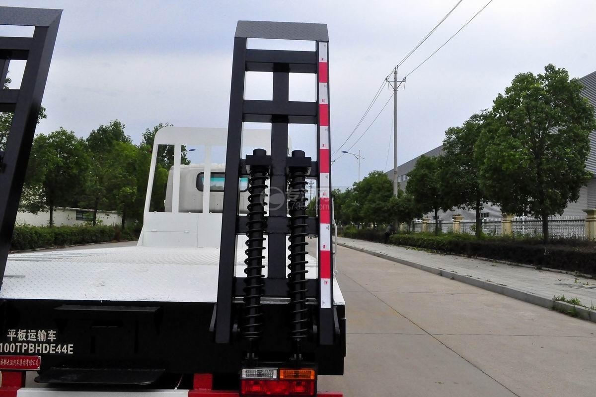 大运奥普力黄牌平板运输车弹簧爬梯
