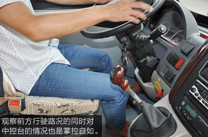 少林19座幼儿园校车驾驶室评测