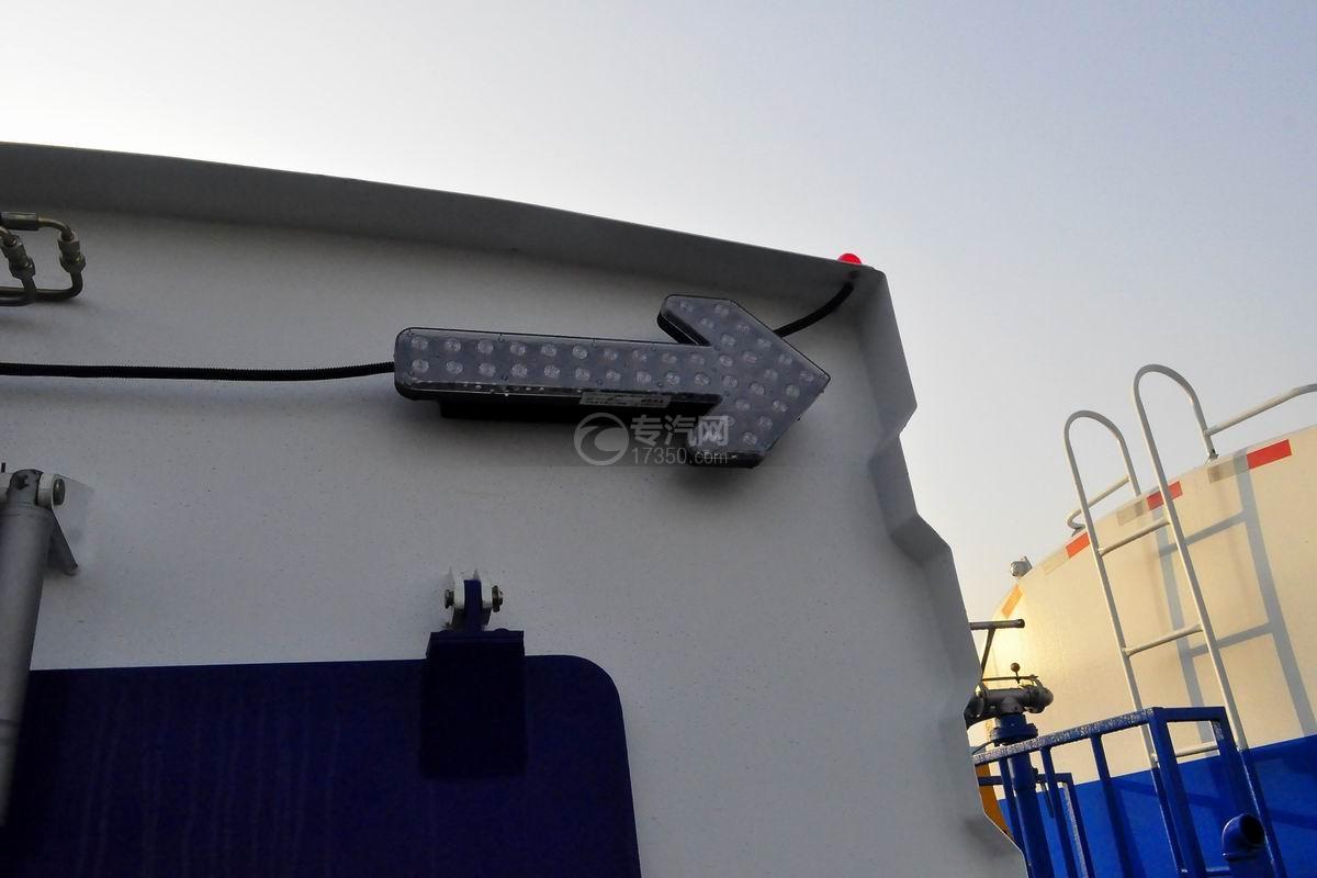 东风多利卡D7洗扫车尾部箭头示意灯
