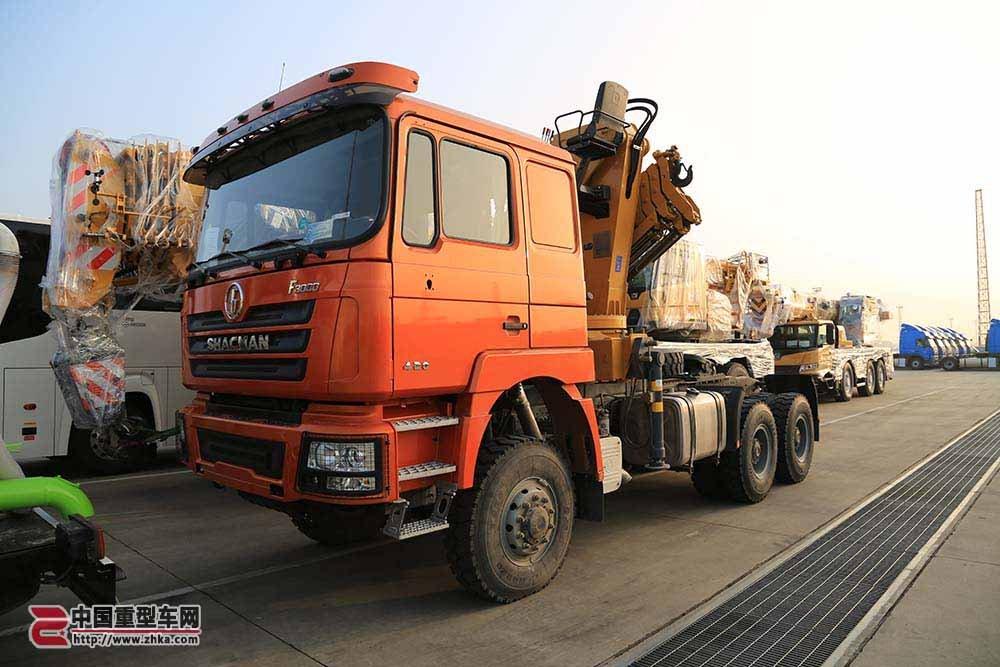 6x6驱动还带随车吊 出口几内亚的陕汽德龙F3000全驱牵引车很少见