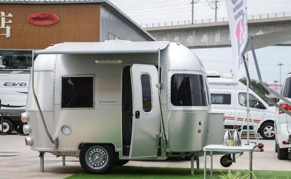 这辆拖挂式房车可容纳3人,全铝车身打造,不到10万!