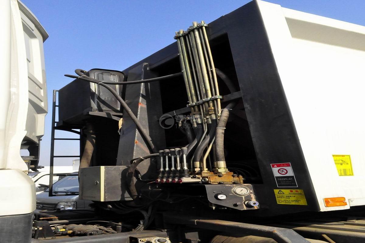 东风天龙后双桥压缩式垃圾车上装细节