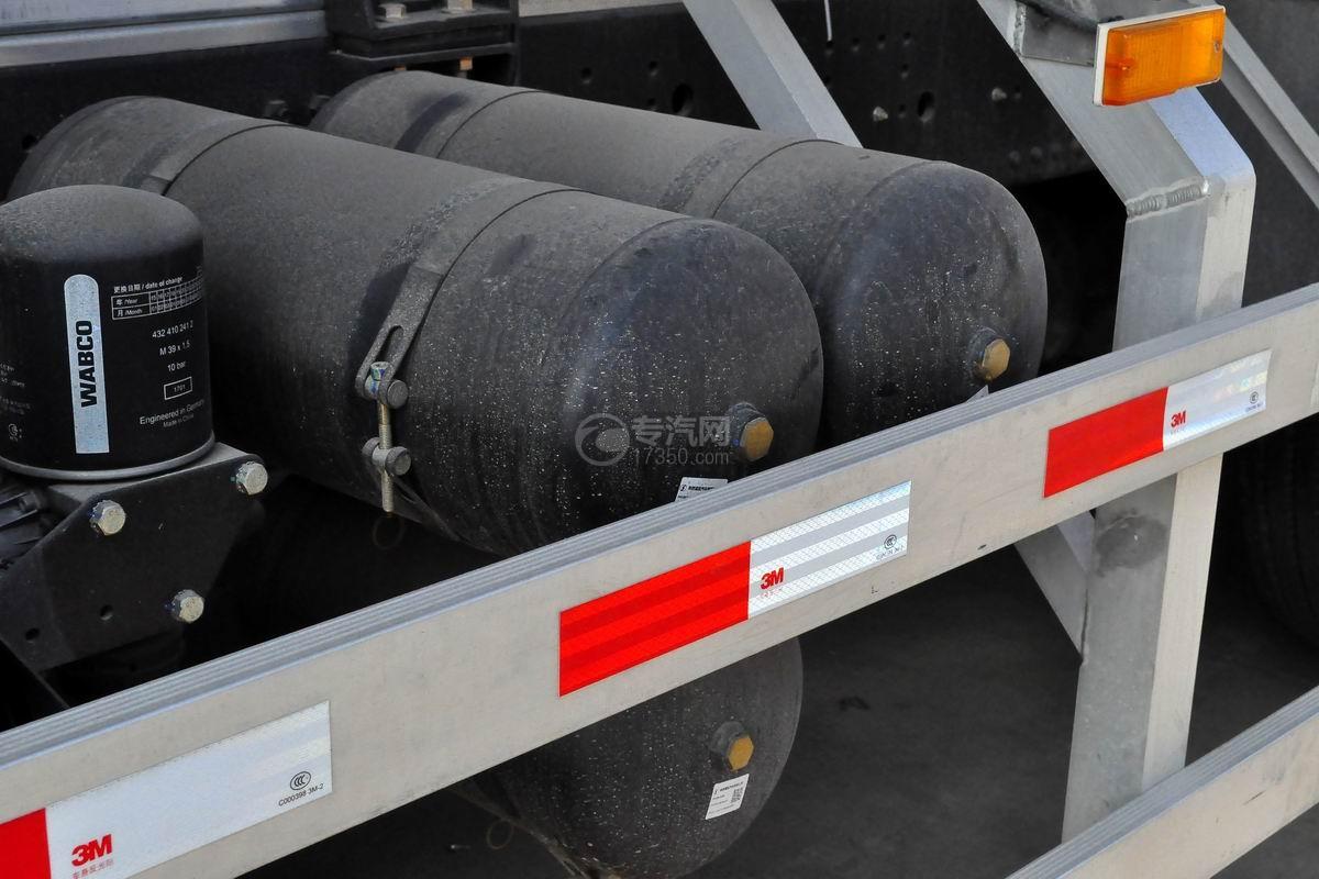 陕汽德龙X3000前四后八散装饲料运输车储气罐