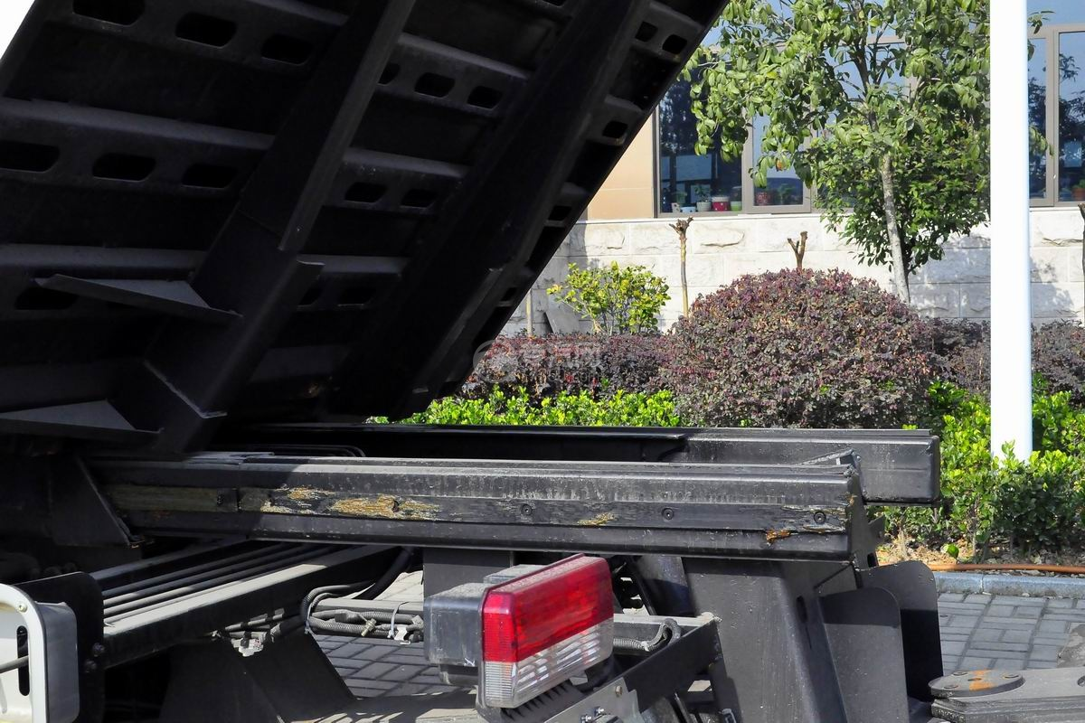 东风多利卡D8一拖二平板清障车细节