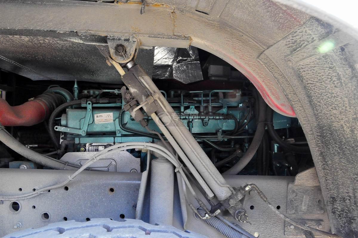 重汽豪沃后双桥泡沫消防车底盘细节