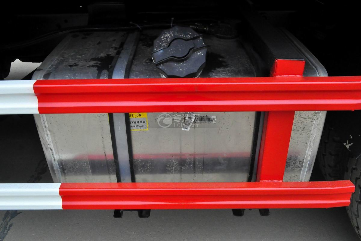 大运奥普力一拖二平板清障车(红色)油箱