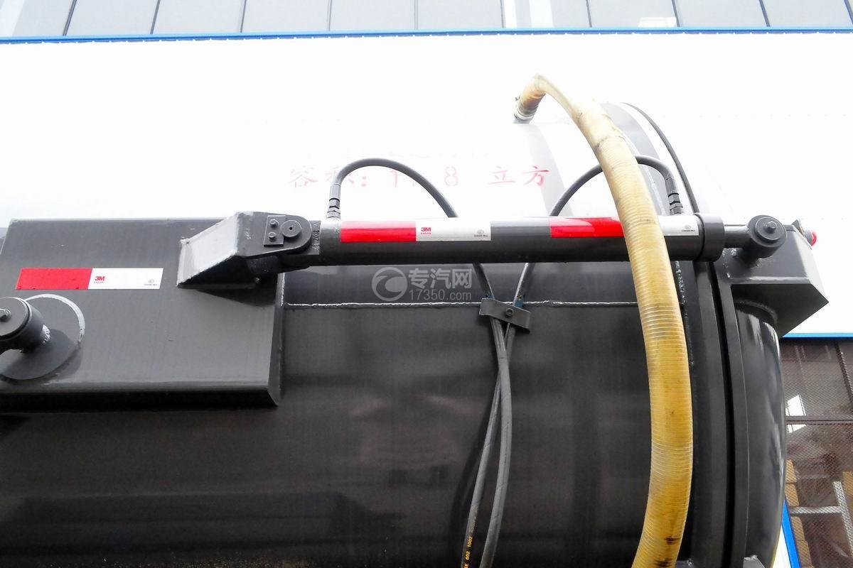 东风天锦11.8方吸污车油缸细节