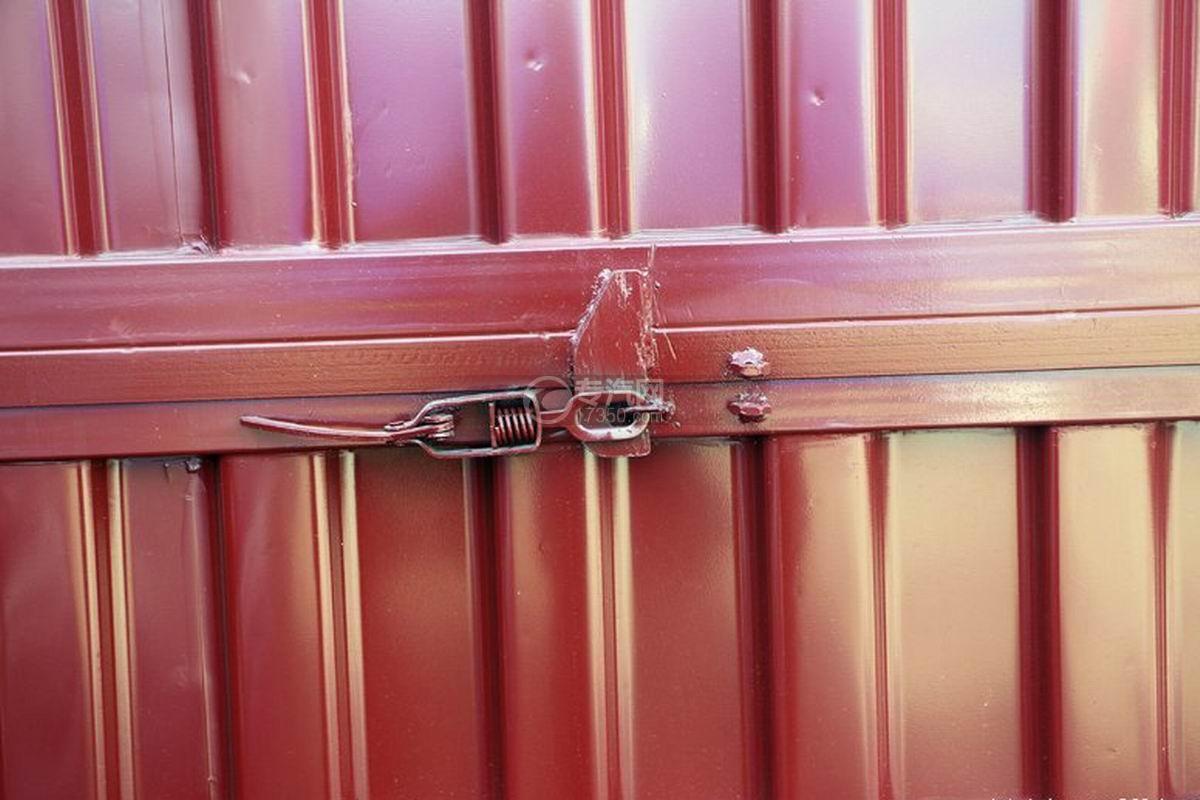 江淮帅铃Q3排半5.2米厢式货车锁紧装置