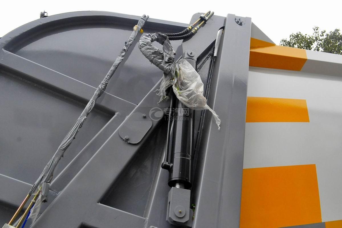 东风天锦压缩式垃圾车上装细节