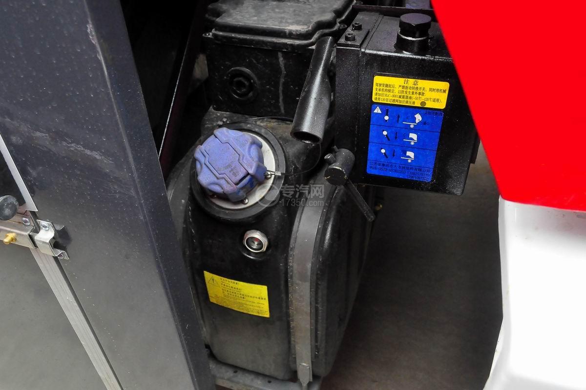 重汽豪沃单桥干粉泡沫联用消防车尿素箱
