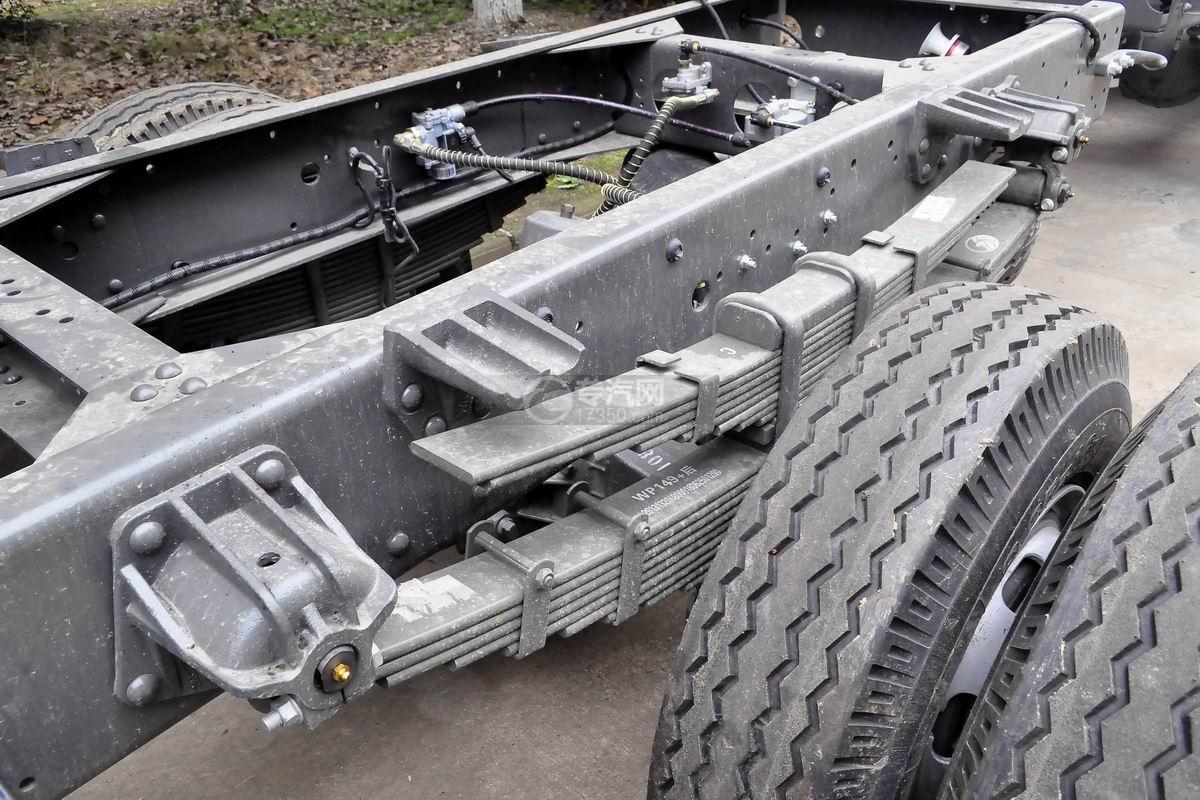 重汽王牌单桥4吨折臂随车吊底盘细节