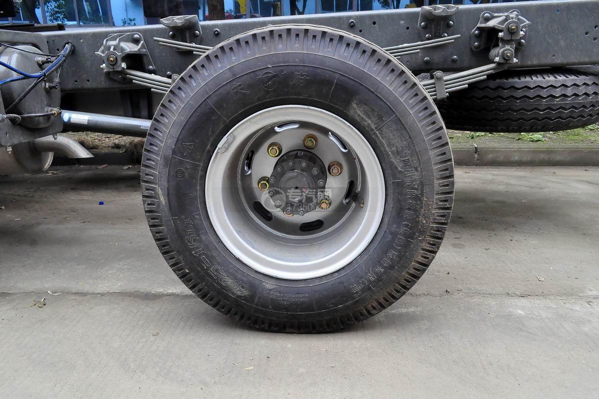 重汽王牌单桥4吨折臂随车吊轮胎