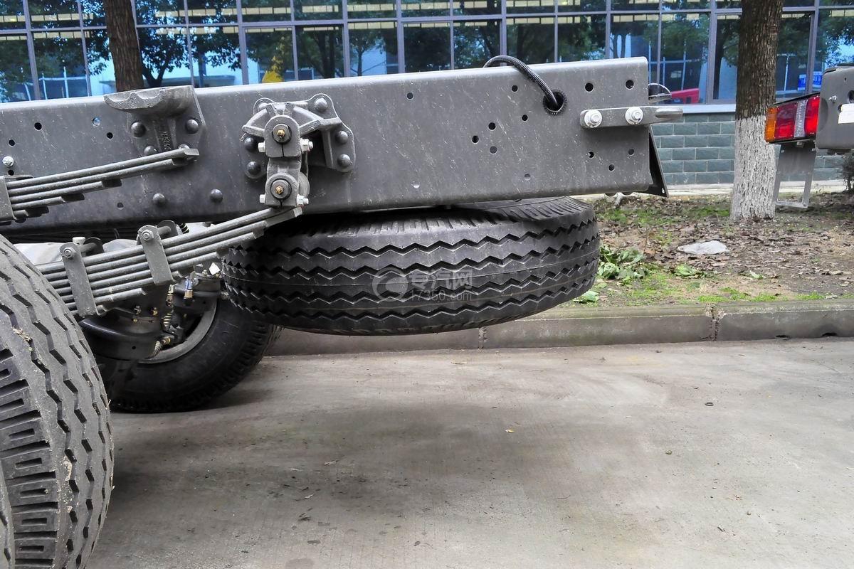 重汽王牌单桥4吨折臂随车吊备胎