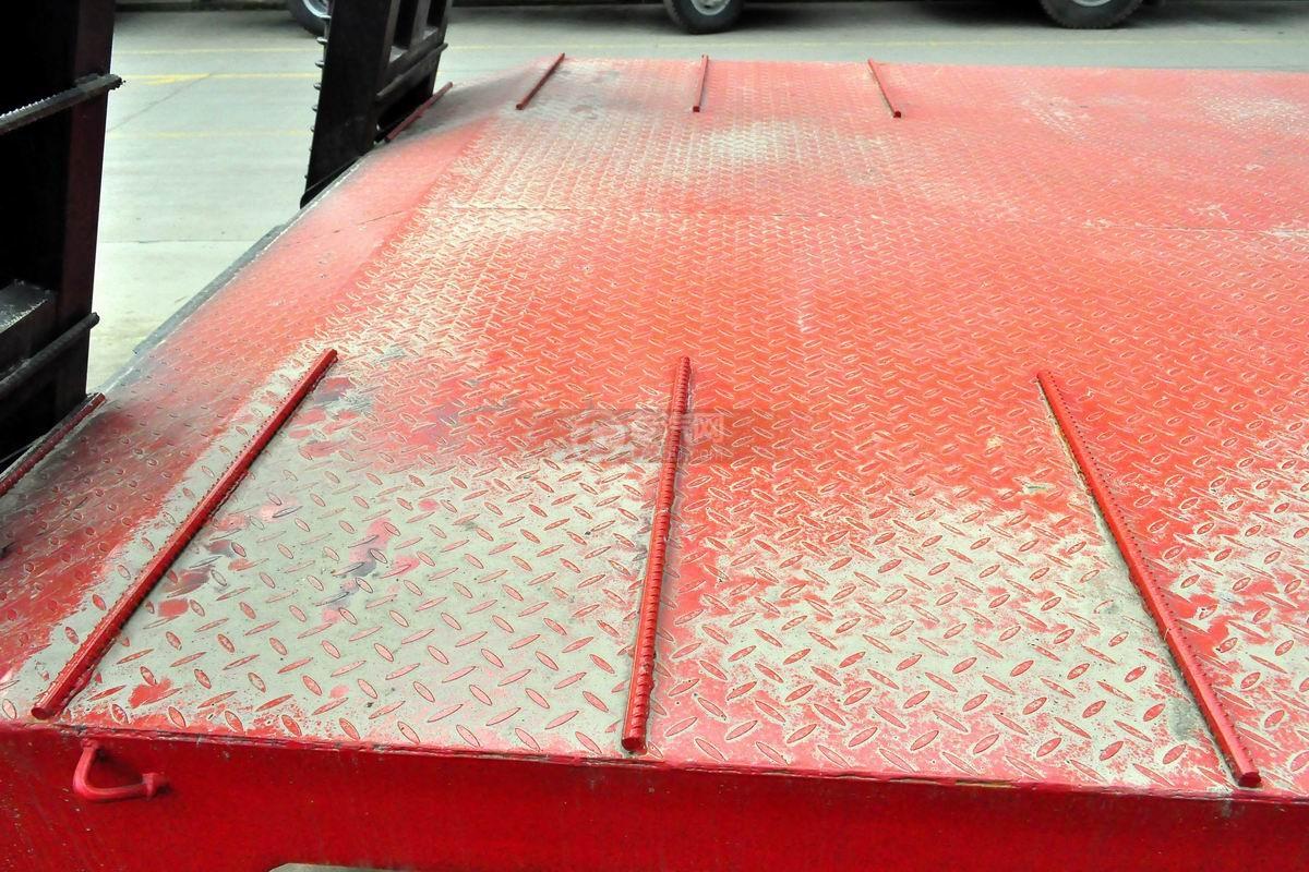 南骏平板运输车上装花纹板