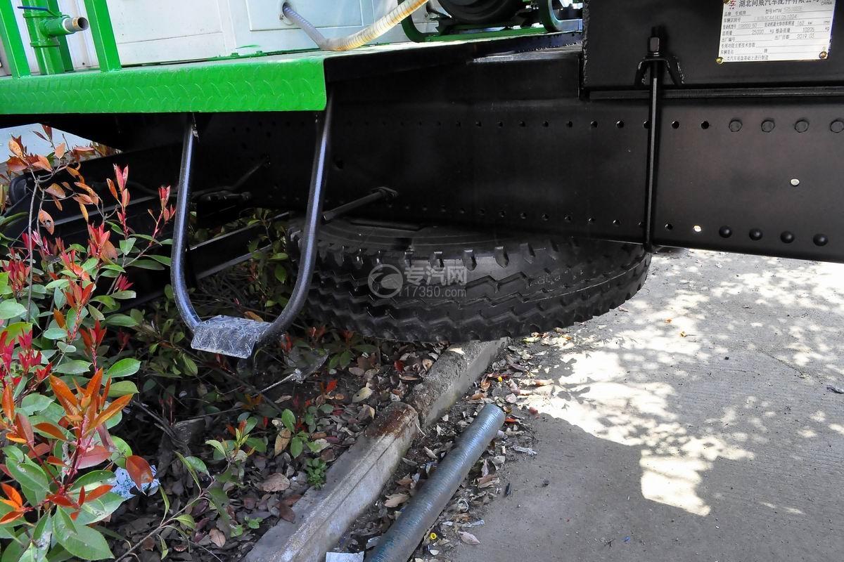 东风D913后双桥多功能抑尘车轮胎