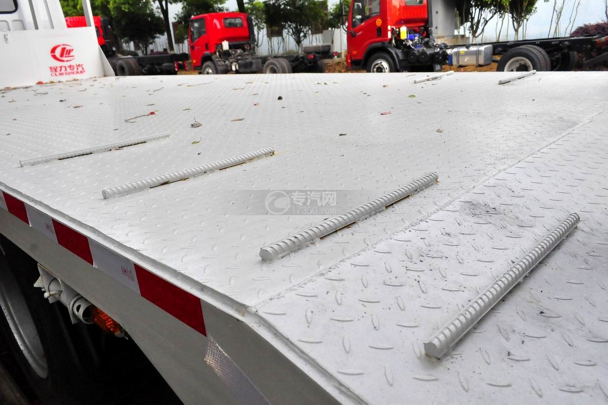 解放龙V单桥平板运输车上装花纹板