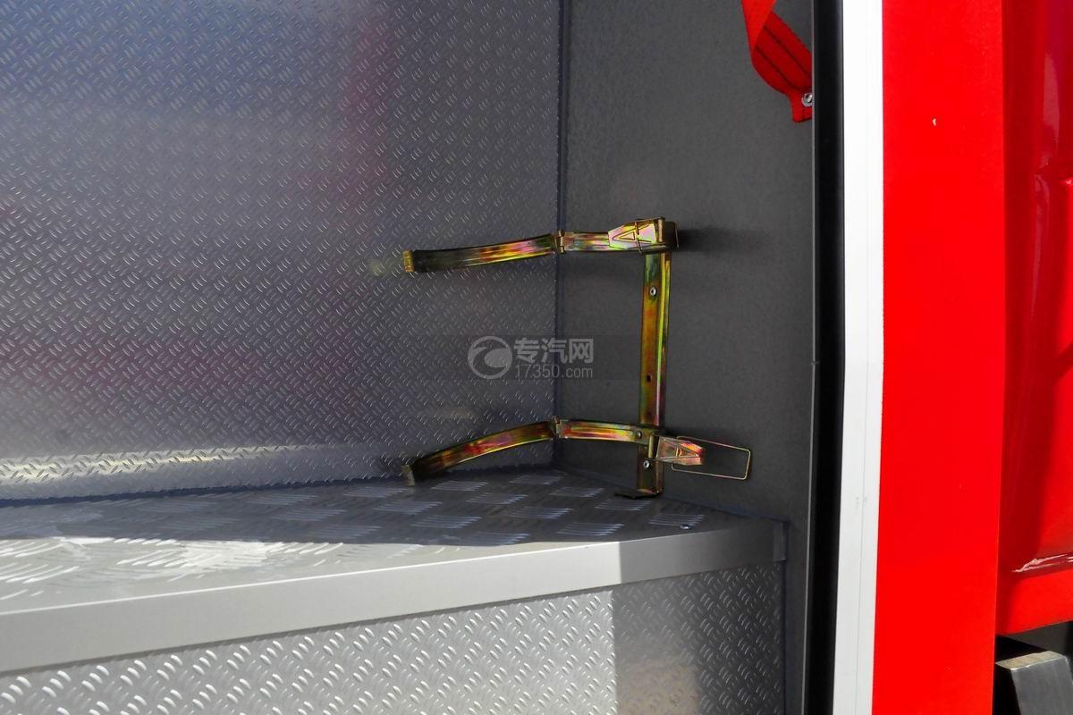 东风153双排座5.2方水罐消防车上装灭火器放置处