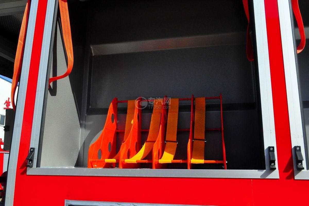 东风153双排座5.2方水罐消防车上装消防水带放置处