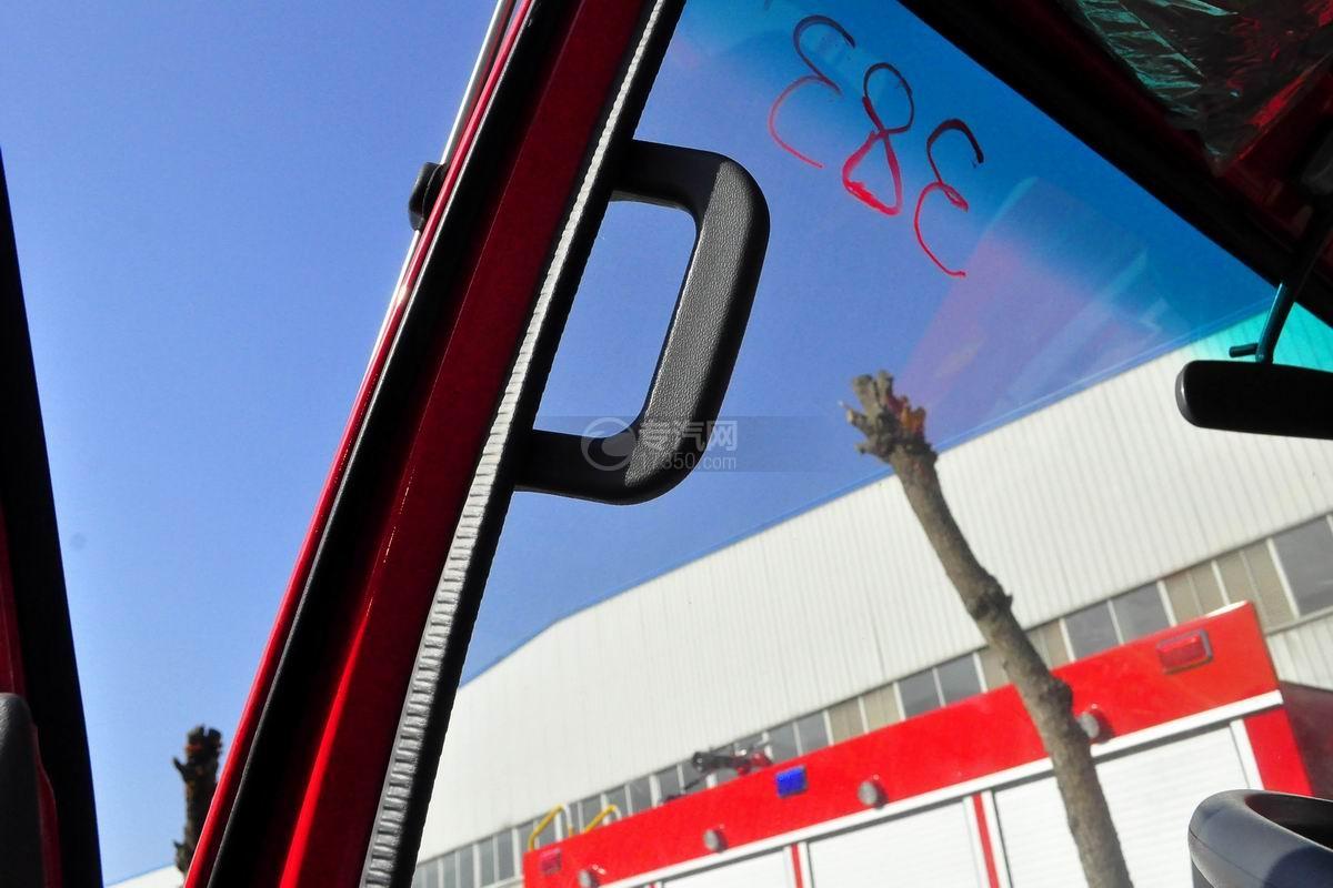 五十铃双排座ELF水罐消防车驾驶室细节