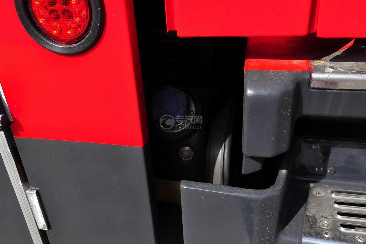 重汽豪沃380後�pω�蛩�罐消防�尿素箱