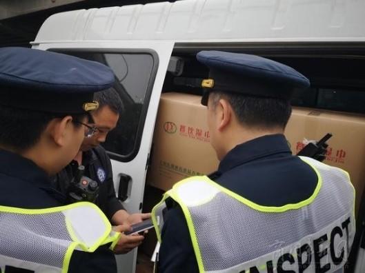 """上海:一小时查处8辆违规""""货车"""" 未经许可拉货运最低罚款3万"""