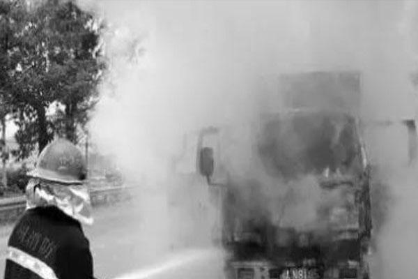 """夏日卡车易""""燃""""须及时检修 引起自燃的原因有哪些"""
